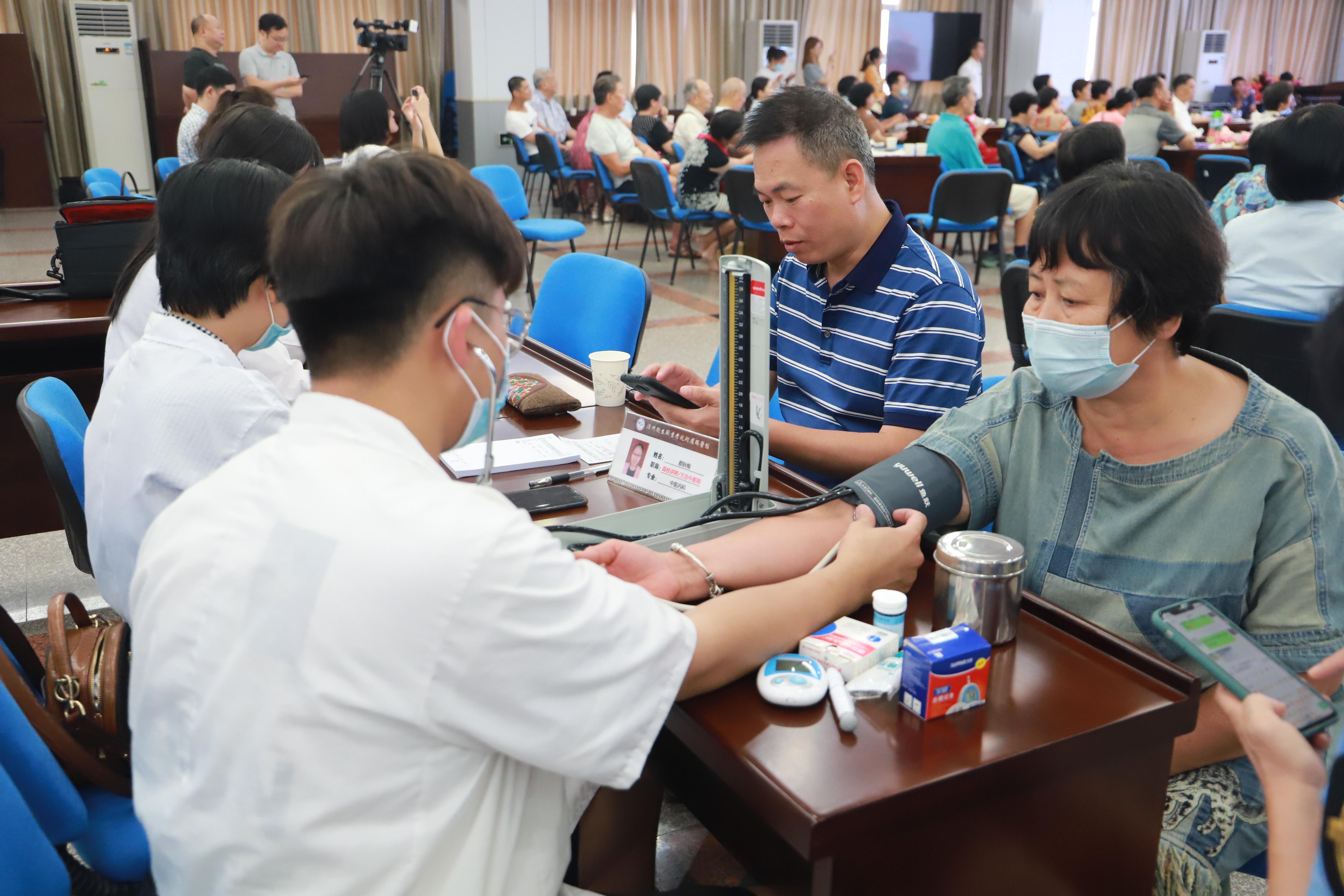 活动现场,还安排医务人员为老年人测量血压。.jpg
